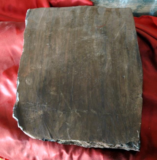 木鱼石质地非常坚硬,细腻,经过精心雕磨,可制成砚