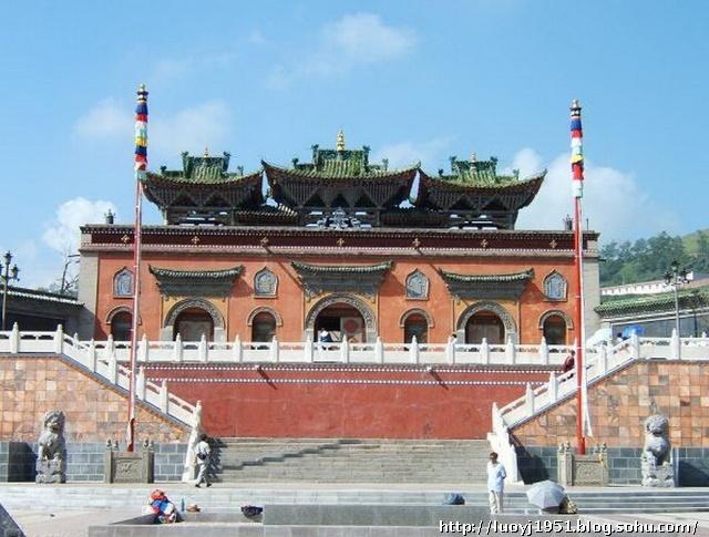 塔尔寺依山就势,错落而建。其中以八宝如意塔、大金瓦殿、小金瓦寺、花寺、大经堂和九间殿等最为著名。八宝如意塔,位于寺前广场。据说,这八个塔是为纪念佛祖释迦牟尼一生之中的八大功德而建造的。八宝如意塔建于1776年。其造型大同小异,塔身高9.12米,塔底周长9.4米,底座面积5.