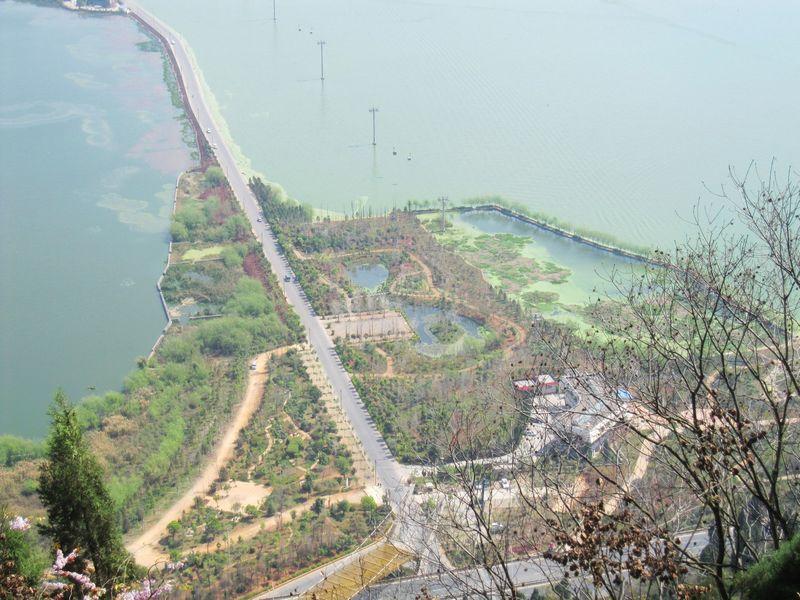 龙门石窟位于西山风景区终端,北起三清阁