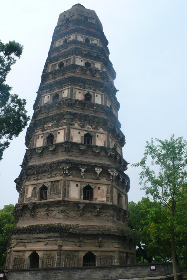 世界著名的比萨斜塔要比此塔晚一百多年