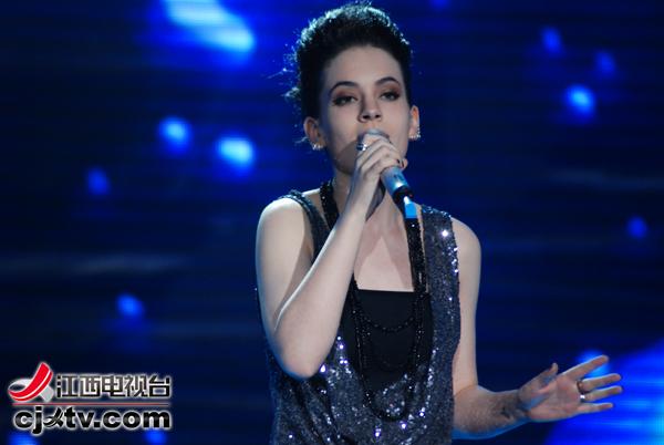 而拥有超高人气的美国女孩唐伯虎虽然用中英文演唱了