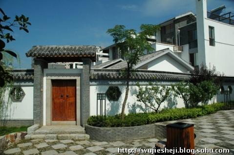 北方的合院派建筑在外观上采用了北京四合院的灰色坡屋顶,筒子瓦及