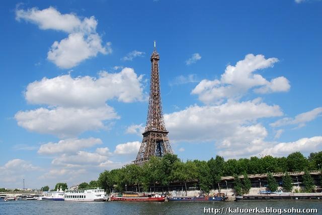 忍不住又拍蓝天白云下的埃菲尔铁塔