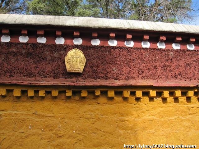 照片中黄色上面的红色部分,是藏式女儿墙又叫边玛墙,边玛墙是这样形成图片