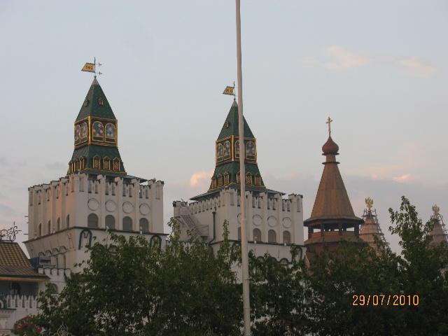 由俄罗斯建筑师巴尔马和波斯特尼克根据沙皇和伊凡大