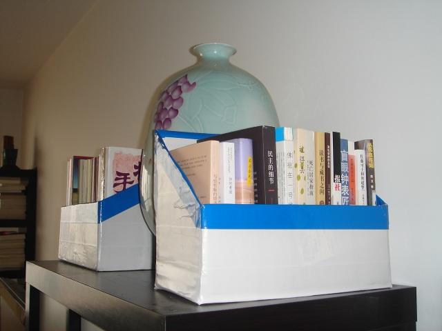 [转载]利用废纸箱diy小书架