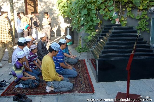 由于聚礼人数多,平日寺内供游人走路的区域也跪满了穆斯林群众.