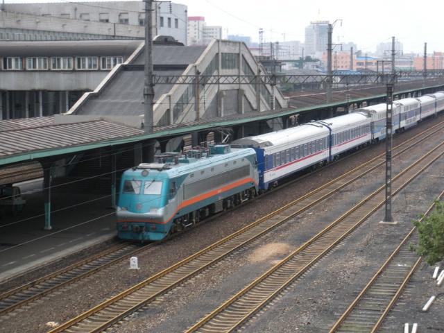 就是用ss9牵引了一列双层单层都有的列车