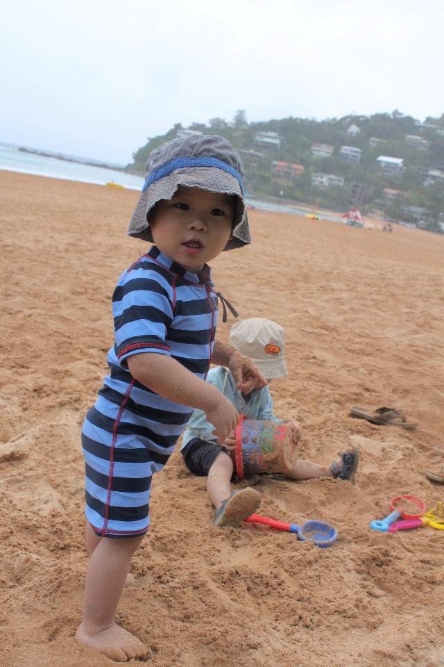 超级喜欢海边玩沙的小孩们 b.