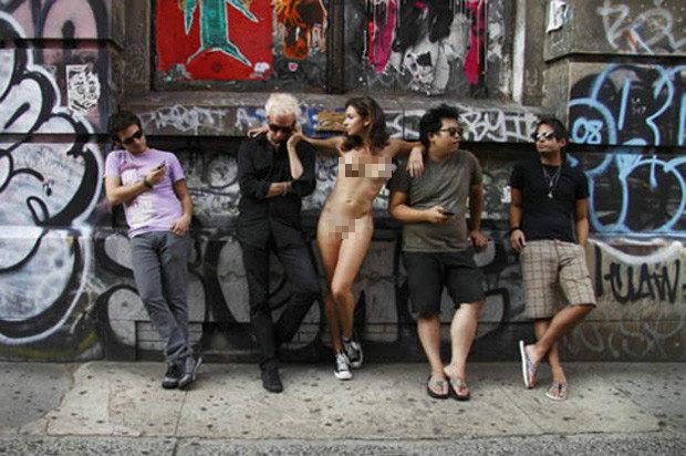 法国美女摄影师一丝不挂上街玩裸摄组图
