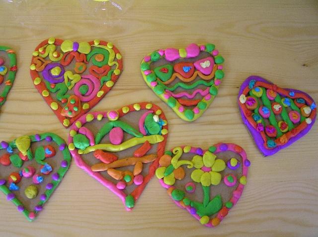如:彩泥《装饰爱心》,废旧物品制作《纸杯花》,创意手工《给娃娃穿花