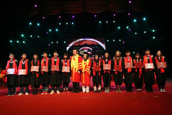 """4月28日上午,以""""感恩·使命·未来""""为主题的北京现代音乐学院2011届毕业典礼在我院1500演播大厅隆重举行。经过4年的辛勤学习,共有1300余名毕业生完满完成学业,带着母校的深深祝福与殷切希望走上工作岗位,开启新的人生篇章。   北京市教工委教委督导专员谢淑俊、院长李罡携学院领导及教师出席毕业典礼;钟子林、戴述国、王育苏、崔栋梁等几位成就卓越、德高望重,并为我院的建立与成长付出过众多努力的老院长也到场为毕业生们送上祝福;""""2009快女冠军"""