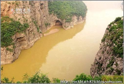 (图片98)黄河晋陕峡谷的南端出口禹门口,两岸峭壁夹峙,形如门阙.